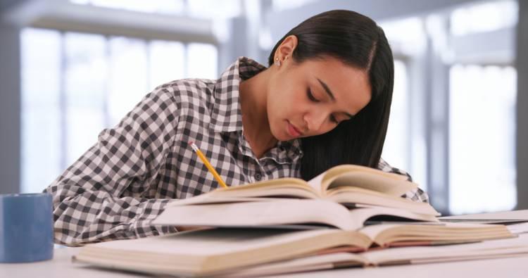 Končíte štúdium na vysokej škole? Zvládnite písanie záverečnej práce bez chýb