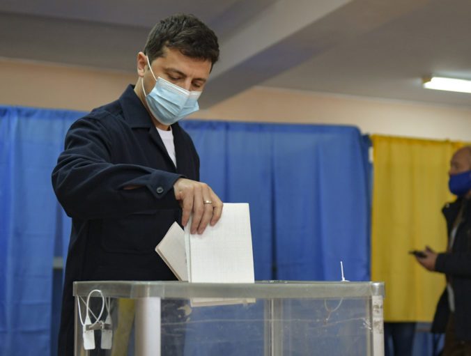 Ukrajinci hlasujú v komunálnych voľbách, ktoré sú testom podpory prezidenta Zelenského