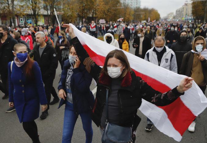 Lukašenko tlaku demonštrantov neustúpil, Cichanovská vyhlásila celoštátny štrajk (video+foto)