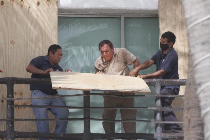 Tropická búrka sa mení na hurikán, obyvatelia mexického polostrova Yucatán majú pripravené úkryty