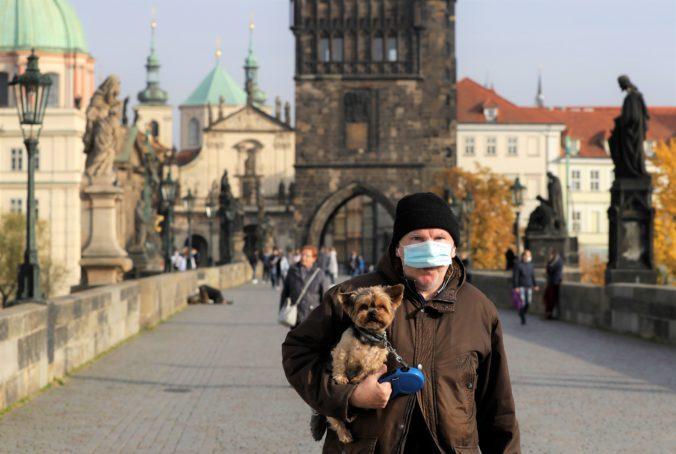 Zákaz voľného pohybu už platí aj v Česku, vláda pripravuje aj plošné testovanie na COVID-19