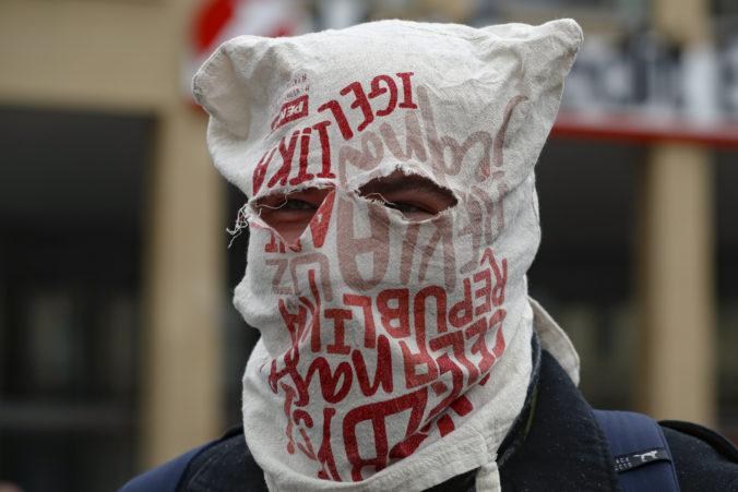 Česi protestovali v Prahe proti koronavírusovým opatreniam, polícia riešila aj konflikty (video)