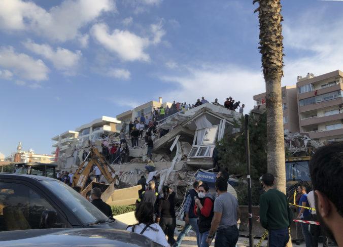 Silné zemetrasenie pripravilo v Turecku o život najmenej štyroch ľudí, niekoľko budov sa zrútilo