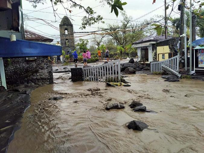 Filipíny bičuje supertajfún Goni, z ohrozených oblastí museli evakuovať milión ľudí (foto+video)