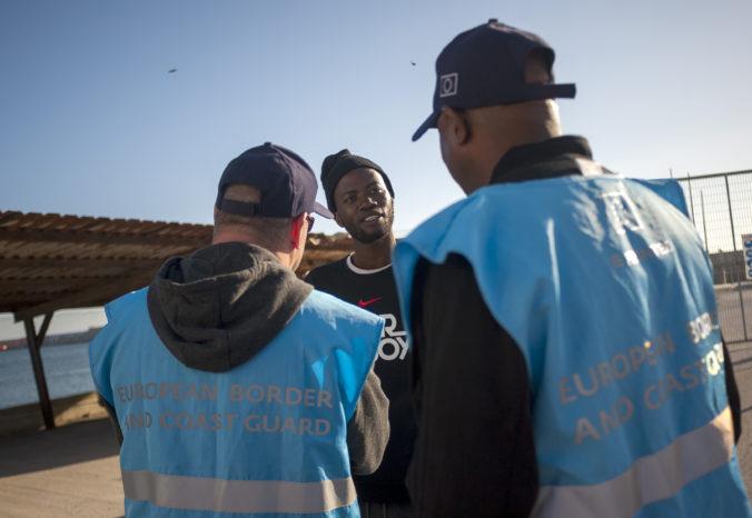 Frontex čelí obvineniam, pobrežná stráž mala zatláčať člny s migrantmi späť do tureckých vôd