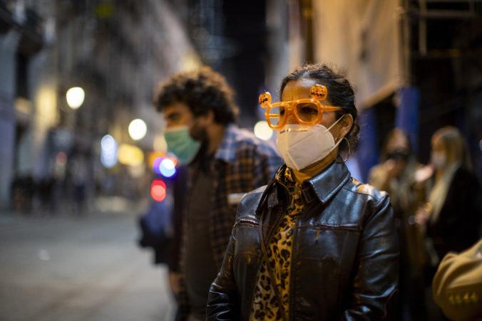 Španielska polícia bojuje s porušovaním zákazu vychádzania, mladí chodia na tajné párty