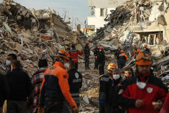 V Turecku vytiahli z trosiek ďalšie telá, počet obetí silného zemetrasenia prekročil stovku