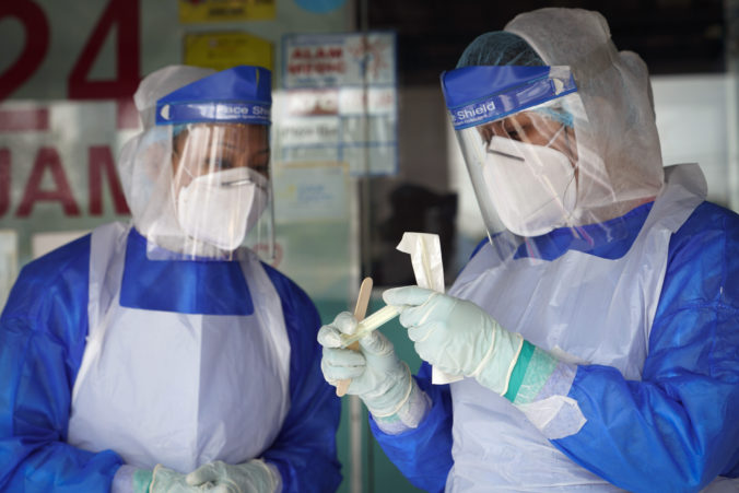 Zdravotníci chorí na COVID-19 sa dostanú k úrazovému príplatku ľahšie, poslanci schválili novelu zákona