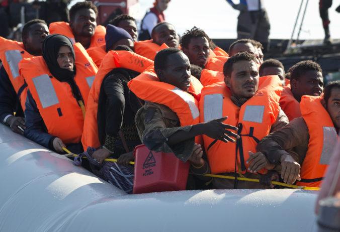 Desiatky migrantov sa plavili na mori viac ako týždeň, jeden z nich cestu neprežil