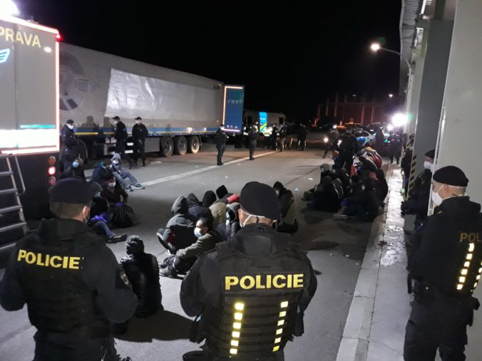 Českí policajti odhalili v tureckom kamióne takmer 50 migrantov vďaka röntgenu (Foto)