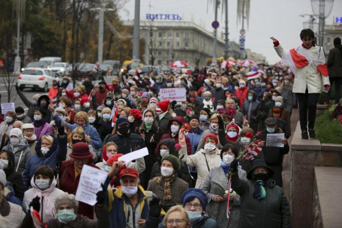 Bieloruská polícia opäť zadržala desiatky protestujúcich, ľudia vyzývajú dlhoročného prezidenta na odstúpenie
