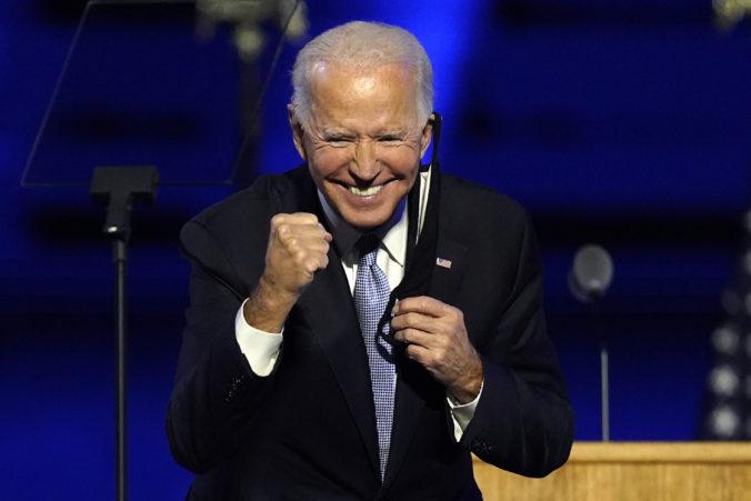 Je načase odložiť drsnú rétoriku a znovu sa začať počúvať, prihovoril sa Biden národu