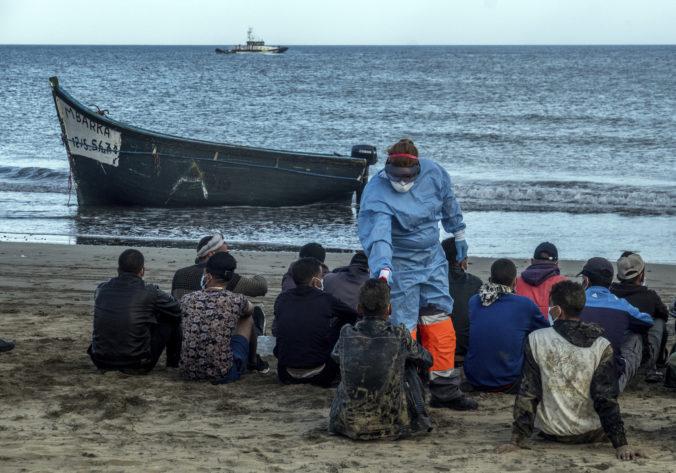 Na Kanárske ostrovy dorazilo viac než 1 600 migrantov, jeden je v nemocnici a ďalší zomrel