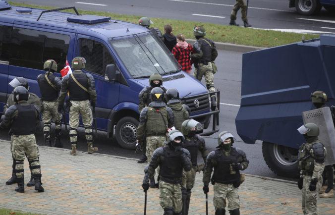 Polícia obrnenými vozidlami uzavrela Minsk a zatkla stovky demonštrantov