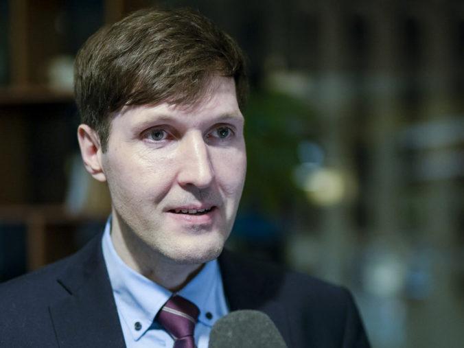 Estónsky minister financií Martin Helme po škandalóznych výrokoch o Bidenovi zostáva vo funkcii