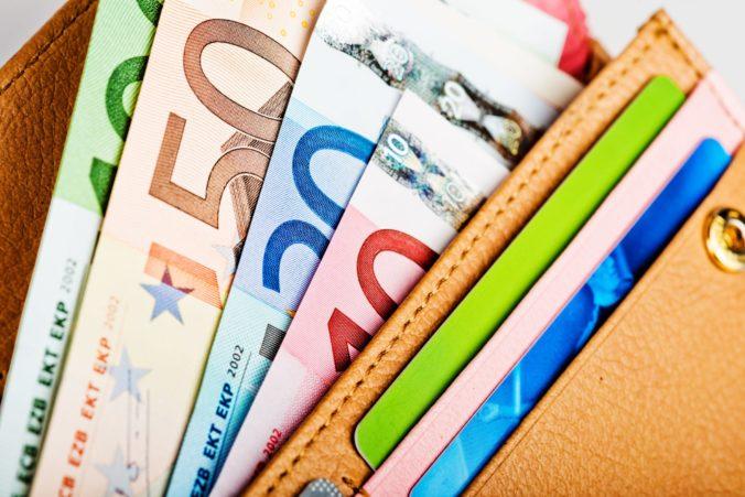 Priemerná mzda na Slovensku sa zvýšila, nad tisíc eur zarábali v šiestich odvetviach