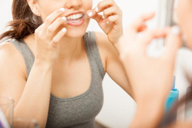 Hygienici varujú pred nebezpečnými bieliacimi pásikmi, zuby si môžete poškodiť a hrozí aj vypadávanie