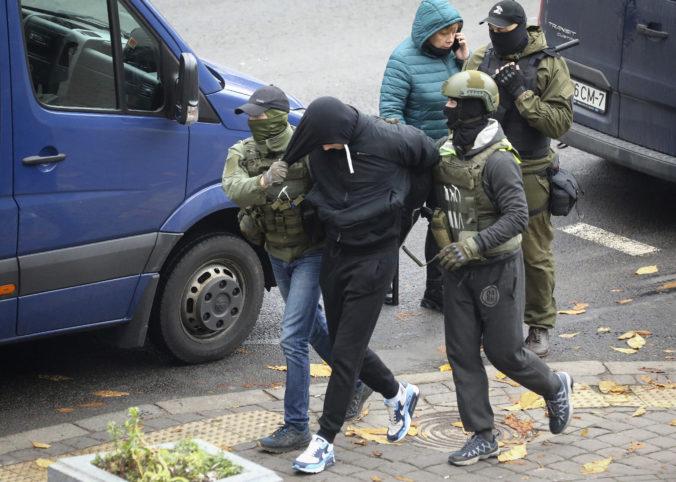 Stovky Bielorusov porušili na protestoch zákon, niektorým hrozí aj 15-ročné väzenie