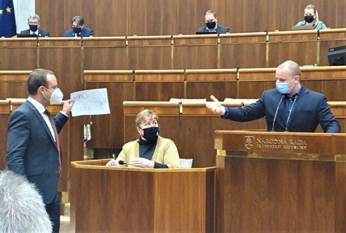 Žiak dostáva po konflikte s Mazurekom stovky správ, zvažuje policajnú ochranu a trestné oznámenie