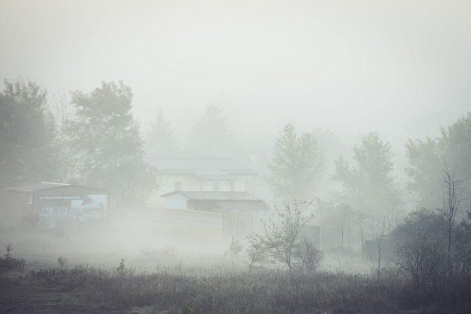 Hmla sa bude na Slovensku držať aj v závere týždňa, vysoko na horách bude krajšie