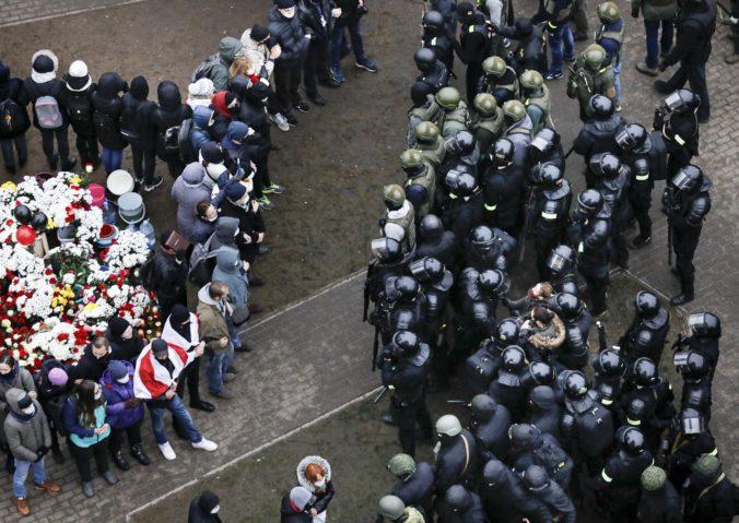 Proti demonštrantom v Bielorusku opäť zasiahla polícia, v putách skončilo viac ako 500 ľudí