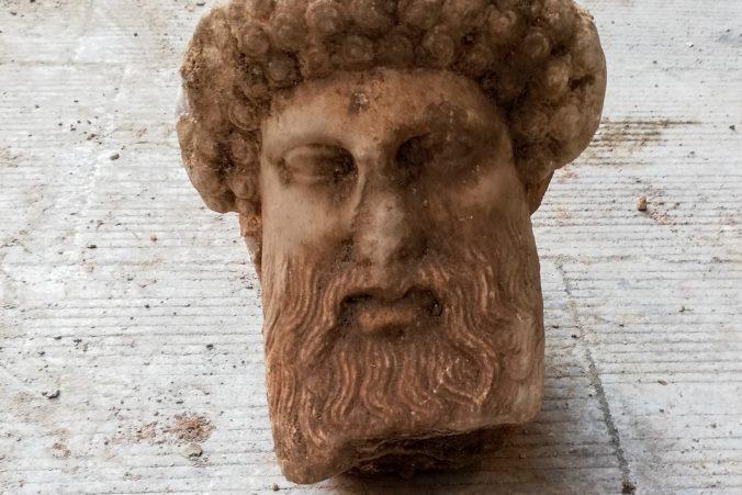 Kanalizácia v Aténach ukrývala historický kúsok, pri jej čistení našli bustu antického boha