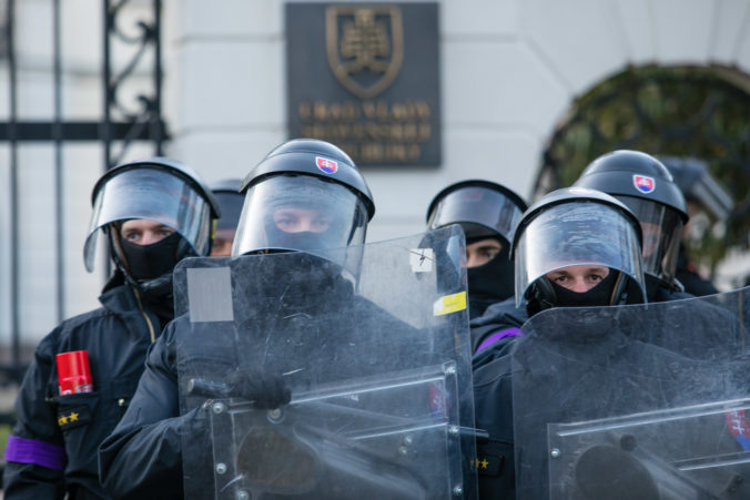Policajti počas protivládneho protestu nepoužili zásahové výbušky, odvracali hodené predmety