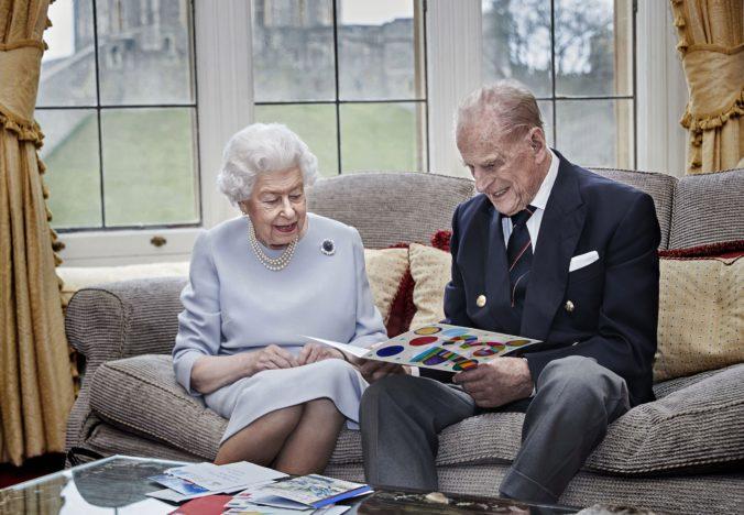 Alžbeta II. a princ Philip oslavujú výročie sobáša, na fotografii si pozerajú pohľadnicu od vnukov