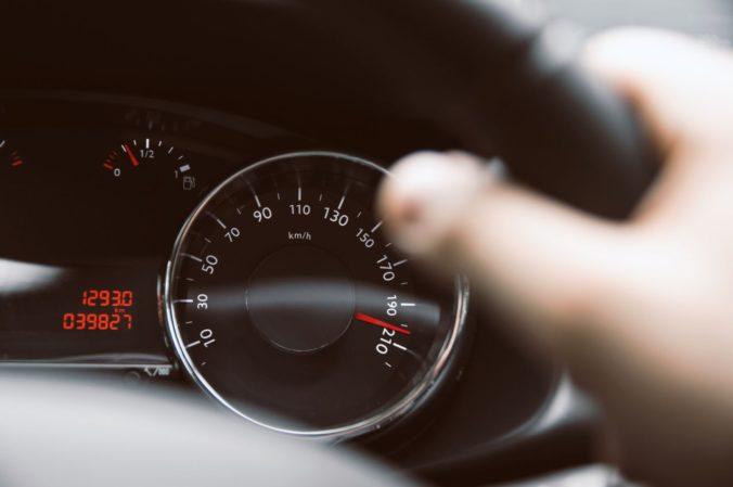 Mladý vodič uháňal rýchlosťou 201 kilometrov za hodinu, policajti mu vyrubili mastnú pokutu
