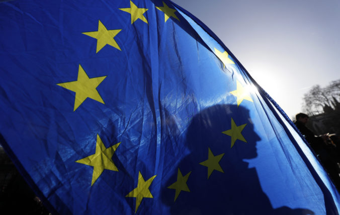 Väčšina Európanov chce podľa prieskumu viac právomocí pre Úniu na prekonanie koronakrízy