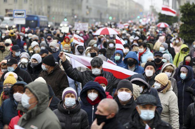 Bielorusi vzdorujú vytrvalo a odvážne, podľa Šimečku strhávajú Lukašenkovmu režimu masku