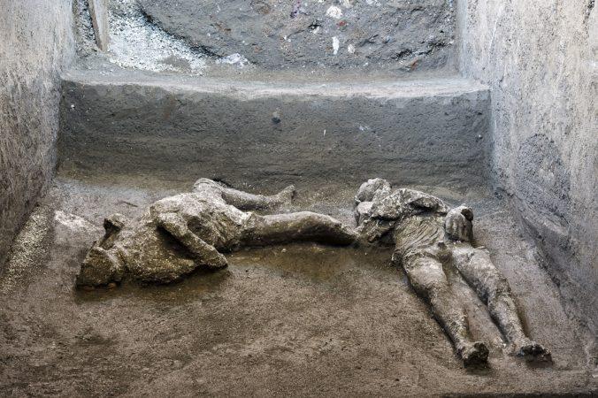 Boháč a otrok sa zrejme snažili utiecť výbuchu v Pompejach, archeológovia našli ich kostry
