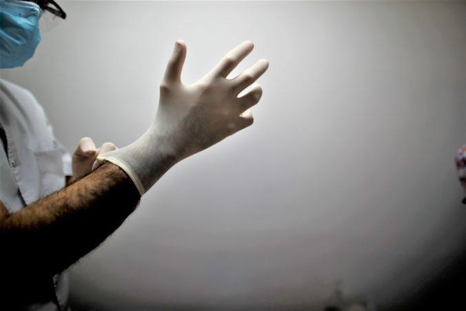 Najväčší výrobca gumených rukavíc na svete pre koronavírus zastavil výrobu v Malajzii