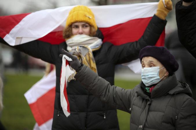 V Bielorusku zatkli vyše 300 demonštrantov, polícia používa ohlušujúce granáty