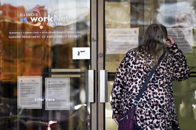 Počet nových nezamestnaných Američanov stúpol, dávky v nezamestnanosti poberajú milióny ľudí