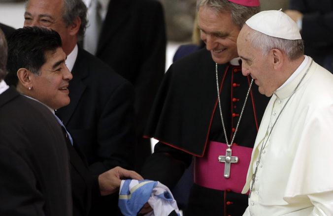 Pápež František s láskou spomína na Maradonu, modlil sa za neho celý mesiac