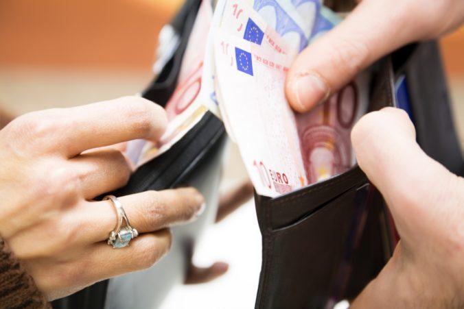 Trináste a štrnáste platy už nebudú oslobodené ani od sociálnych odvodov, novelu odklepli poslanci