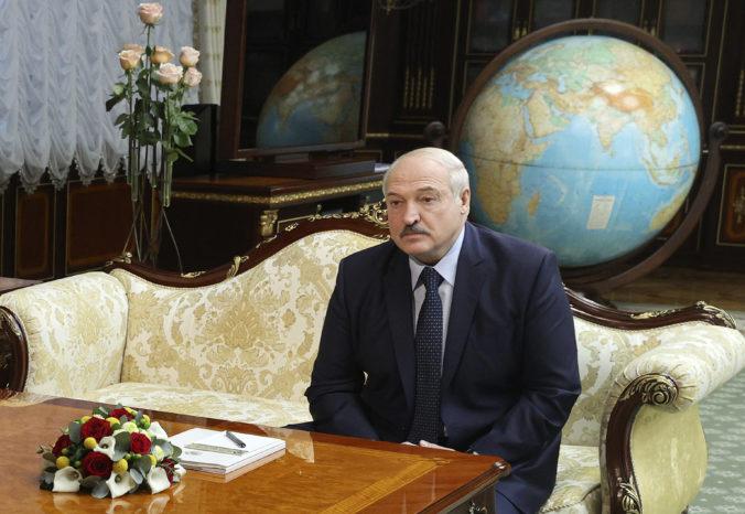 Lukašenko tvrdí, že po prijatí novej ústavy nebude prezidentom. Opozícia však hovorí o zdržiavaní