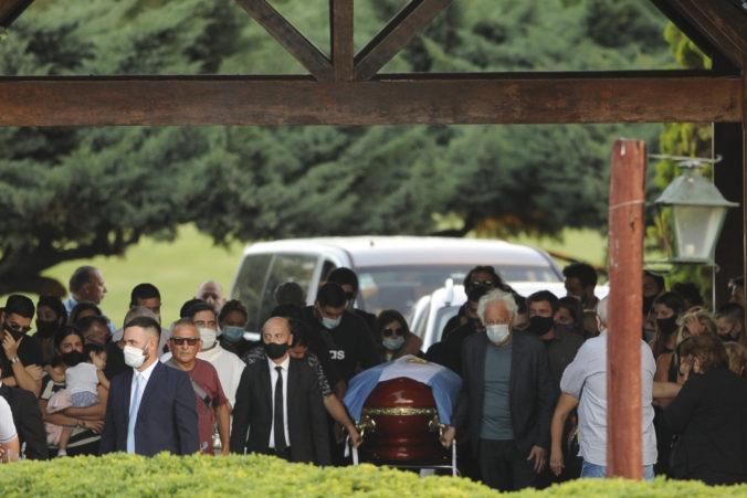 Traja pracovníci pohrebnej služby dostali výpovede pre ich fotky nad otvorenou rakvou s Maradonom
