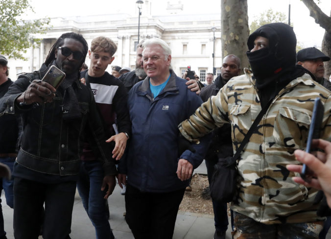 Angličania sú proti ďalším lockdownom, polícia počas demonštrácií zatkla desiatky ľudí
