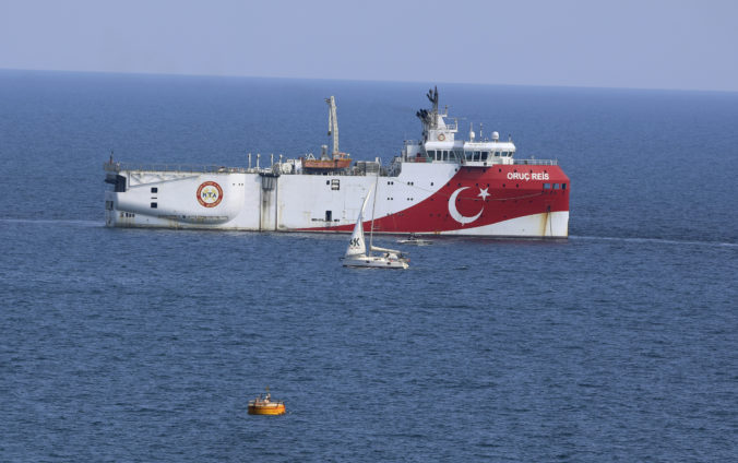 Loď Oruc Reis po dokončení seizmického výskumu opäť kotví v prístave v Antalyi, bola takmer dôvodom vojenskej konfrontácie