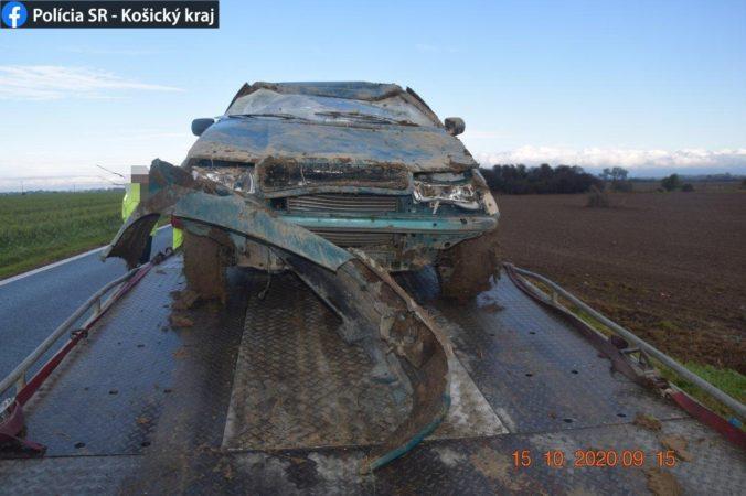 Michalovčan spôsobil nehodu pod vplyvom drog, s autom sa prevrátil a skončil v poli (foto)