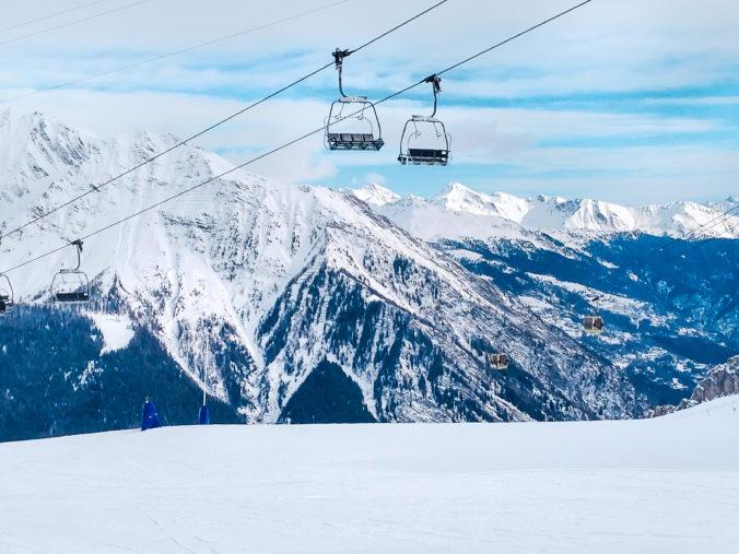 Lyžiarske svahy vo Francúzsku počas Vianoc zatvoria, vláda chce zakázať výlety do Švajčiarska