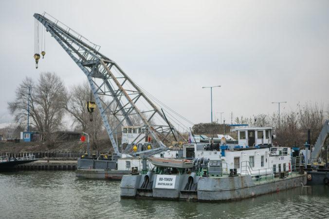 Remokér potopený v novembri v Bratislave, je už na brehu (foto)