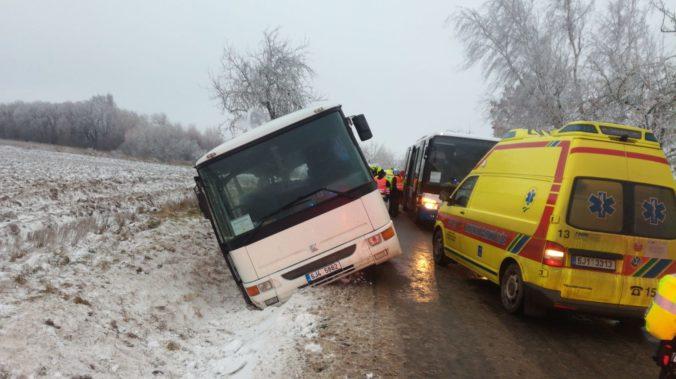 Havaroval autobus plný ľudí aj detí, z Česka hlásia viac ako 20 zranených (foto)