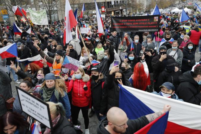 V Prahe sa spojili dva protesty ľudí odmietajúcich opatrenia vlády proti šíreniu koronavírusu