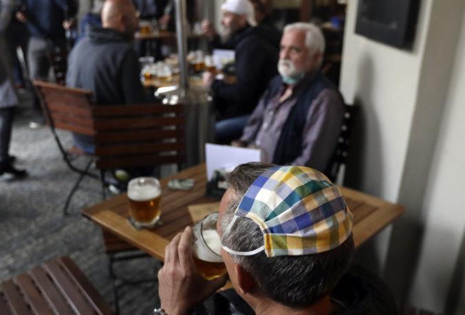 Česko po niekoľkých dňoch od otvorenia sprísnilo pravidlá pre reštaurácie a bary