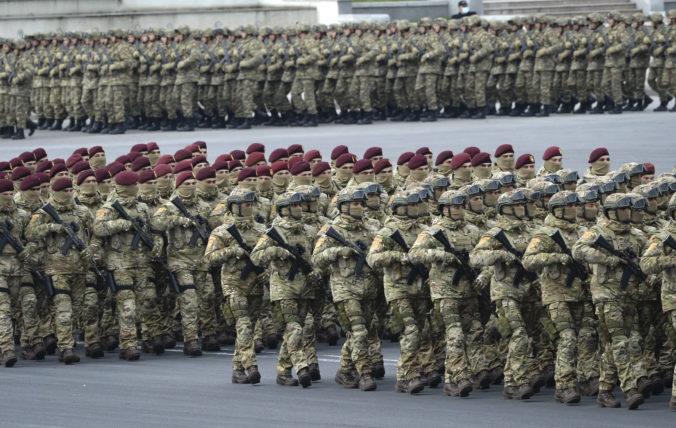 Azerbajdžan oslavuje kontrolu nad územiami v Náhornom Karabachu, urobil vojenskú prehliadku (video)