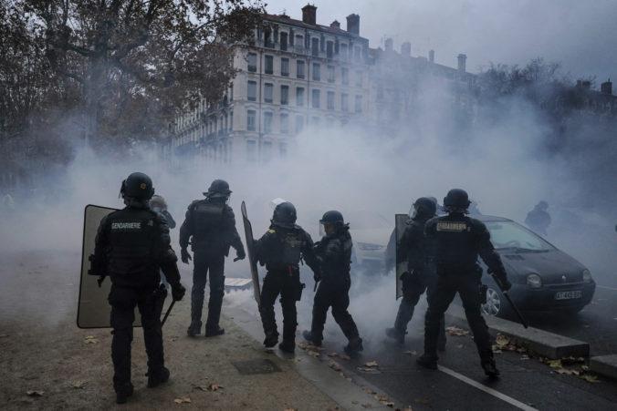 Francúzi vyšli pre sporný bezpečnostný zákon opäť do ulíc, polícia si zatknutých vopred vytipovala