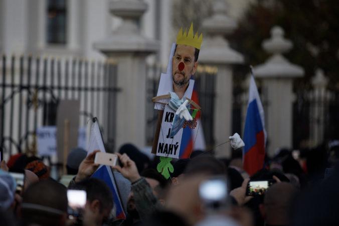Stovky ľudí protestujú v Bratislave proti vláde Matoviča, nemajú rúška a nedodržujú odstup